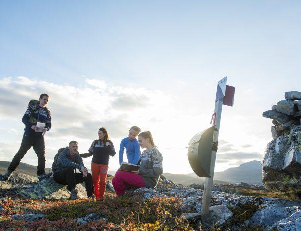 Fjelltur på høsten med postkasse og besøksbok